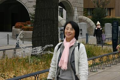日本大通を行く山崎洋子さん